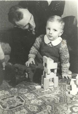 MIchalak 1945 Jacek z Ojcem, Gwiazdka 1945 w willi przy ul. Dębinki 7d