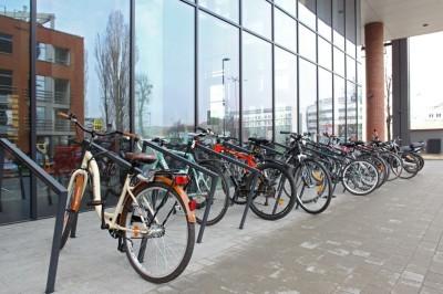 parking_rowerowy_zewnetrzny_w_wielofunkcyjnym_kompleksie