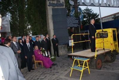 Ks. H. Jankowski podczas przemówneuni prezydebta L. kaczynskiego przed Bramą nr 2 Stoczni Gdanskiej