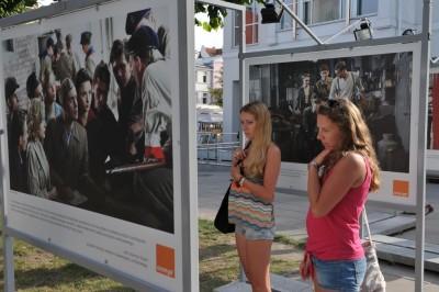 Orange Kino zwiedzający wystawę Miasto44 w Sopocie