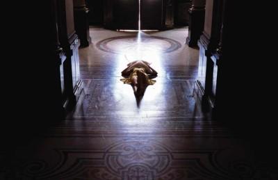 Wystawa Agata-Michowska,-Suicide-in-a-Mu-seum,-2007,-digital-print,-3-x-2-50x-125-cm,--płyta-CD-(audio-CD)-