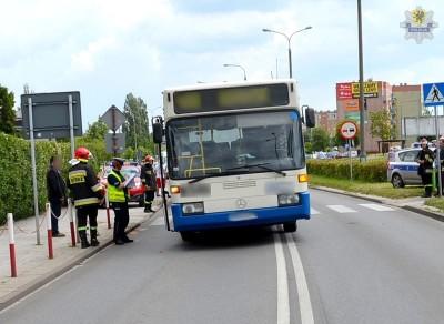 Starogard Gdański - AUTOBUS POTRĄCIŁ DWÓJKĘ DZIECI.policjantka prowadzi ogledziny autobusu