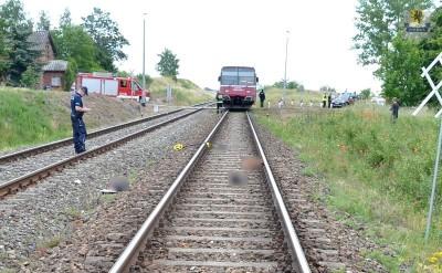 Starogard Gdański - WYPADEK NA TORACH, RANNY 19-LETNI MĘŻCZYZNA. policjant pracuje na miejscu wypadku kolejowego