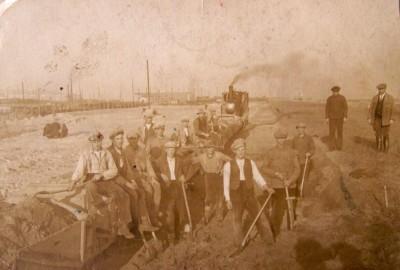 dd Izydor (drugi z lewej) przy budowie portu w Gdyni w 1930 roku sm