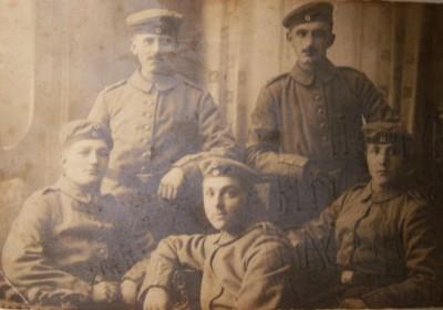 dd Władysław (drugi z prawej) na pocztówce wysłanej z Bułgarii w 1916 roku sm